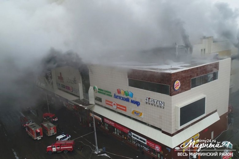 Пожар в торговом центре в Кемерово фото 2